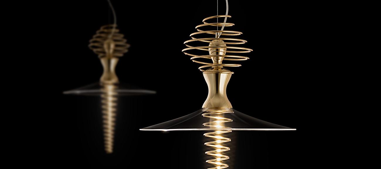 Mia Ballerina by Sergi Ventura - Dos lámparas Mia Ballerinas doradas suspendidas en el techo